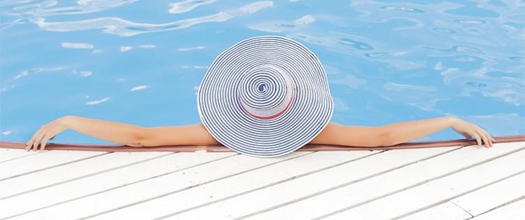 Mujer en piscina revestida.