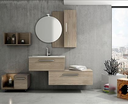 Cuarto de baño de diseño con fontanería cromada.