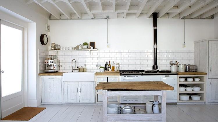 Instalación de fontanería en cocina rústica.