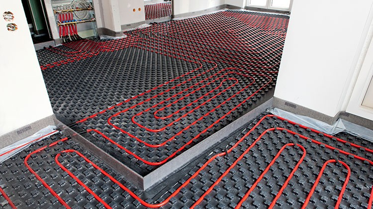 Instalación de suelo radiante en una vivienda.