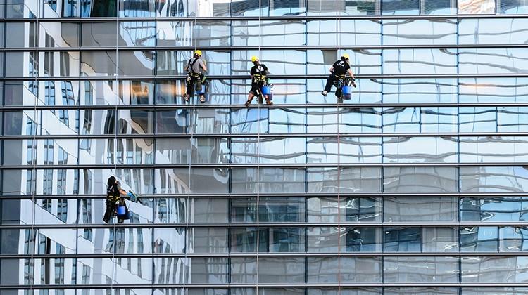 Trabajos verticales de limpieza de fachada.
