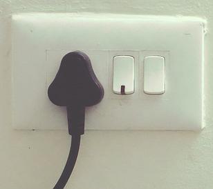 1º Consejo para aumentar la seguridad eléctrica en tu hogar: Los enchufes de pared.