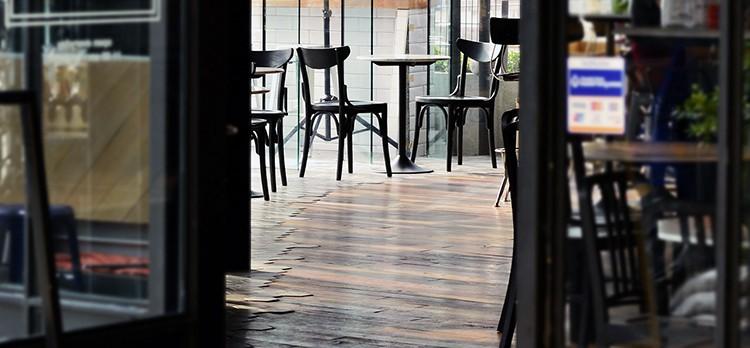 Fachada exterior de una cafetería.