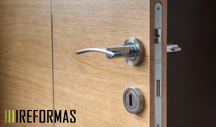 Cerradura nueva en puerta blindada de seguridad.