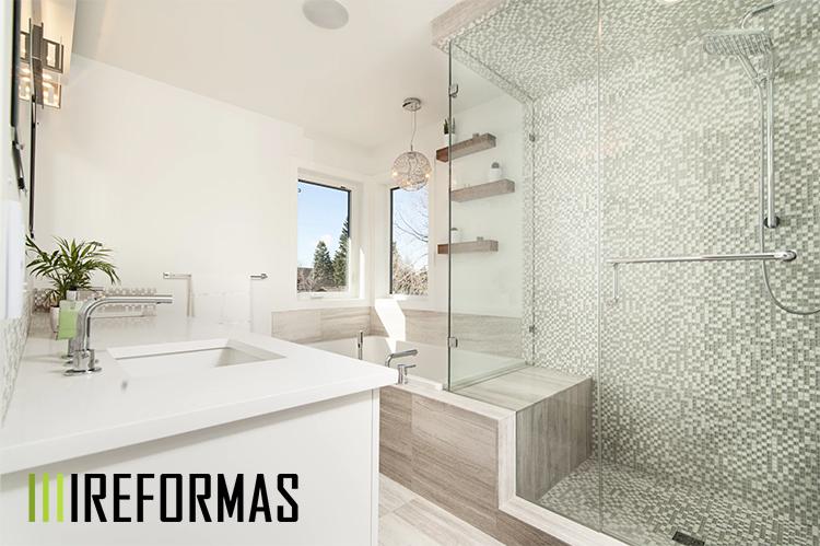 Plato ducha en baño moderno.